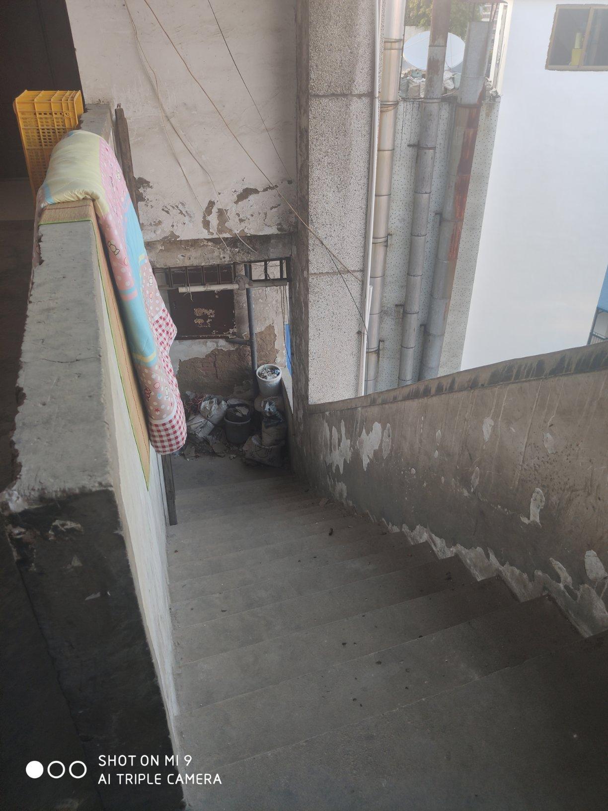 市中心地段 美食城法院旁 步梯顶楼 户型好2房2厅1卫1阳台
